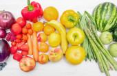 Duhové ovoce a zelenina koncept. Čerstvé jídlo na bílém dřevě
