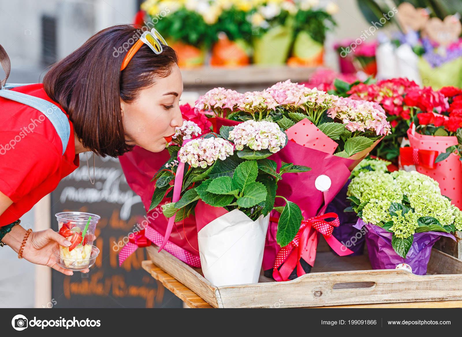 Секс в магазине цветов, Красивый секс продавца с клиенткой в магазине 21 фотография