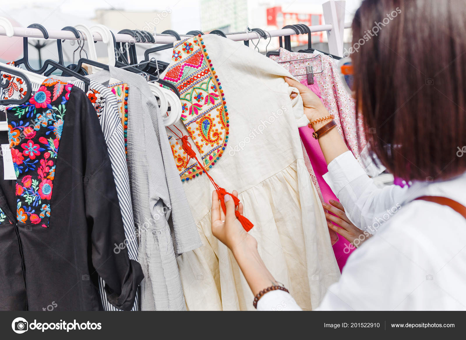 9a83ee54f29165 Bunte Folklore Kleidung Shop — Stockfoto © frantic00 #201522910