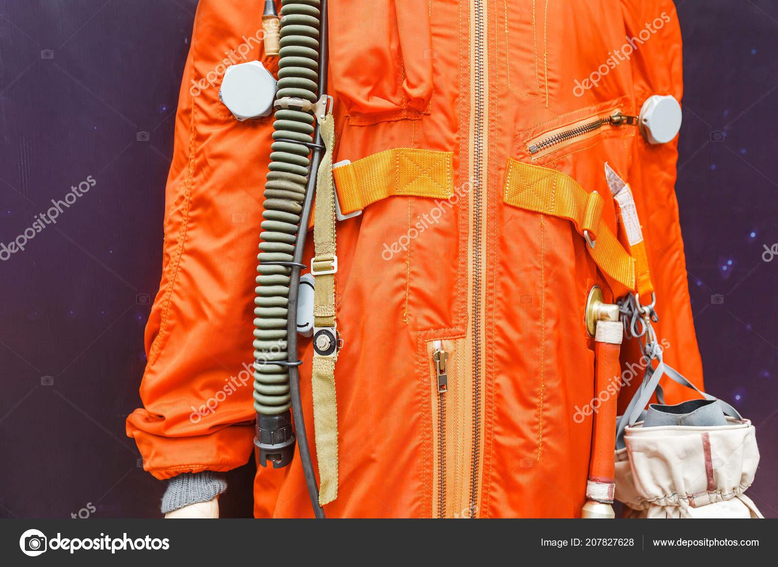6cc6b65c98 Terno Laranja Espaço Exposição Cosmos Astronauta — Fotografia de Stock