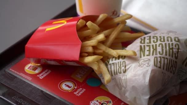 filmati di lunghezza del menu di hamburger di pollo di mcdonald sulla tabella