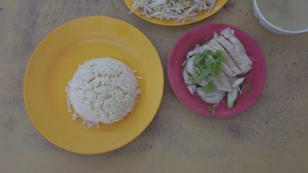 těsné záběry desek s tradičními asijskými pokrmy