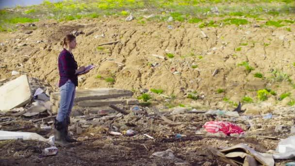 Ekolog během výzkumu na smetišti