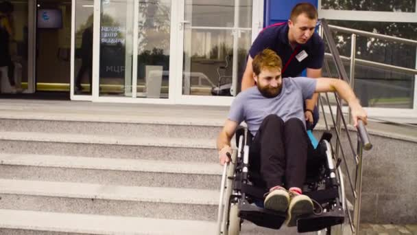 Mann hilft Behinderten beim Umzug