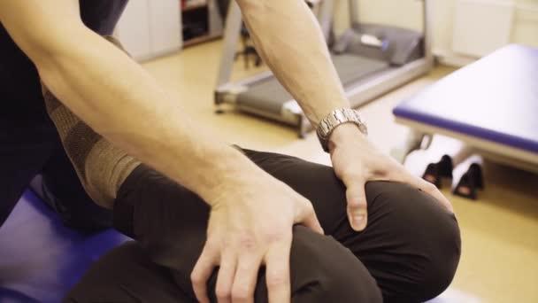 Rukou lékař fyzioterapeut pomůže zakázat muž