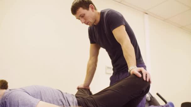 Doktor dělá protahovací cvičení pro muže zakázat