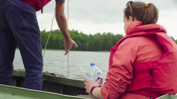 Vědec nalévání vzorku vody z jezera do plastové láhve