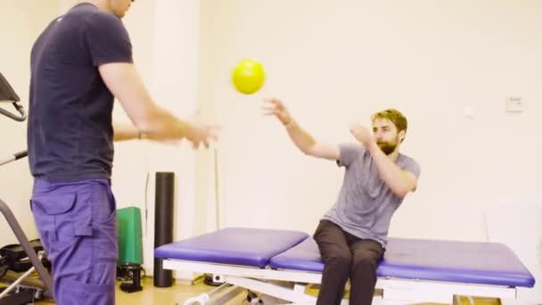 Postižený člověk dělá ruka cvičení v rehabilitačním centru