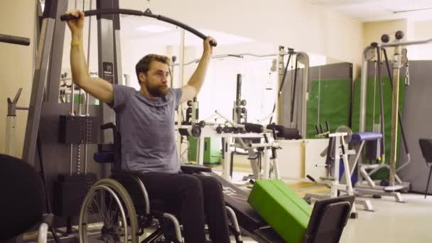 Postižený člověk vozíku dělá cvičení ruky