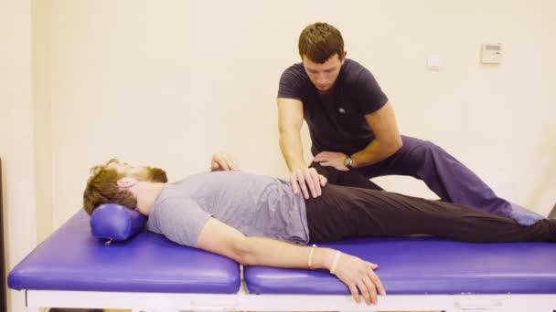 Arzt tun stretching Übungen für deaktivieren Mann