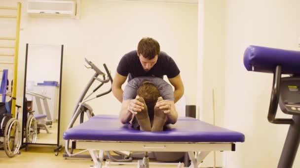 Doktor dělá cvičení zotavení zakázat muže