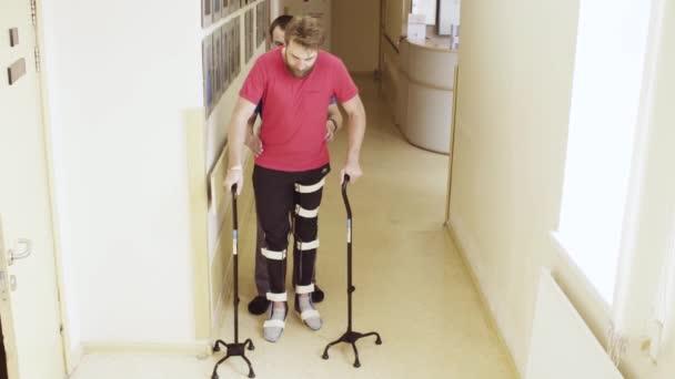 Neplatné v ortéza s podporou dvou vycházkové hole