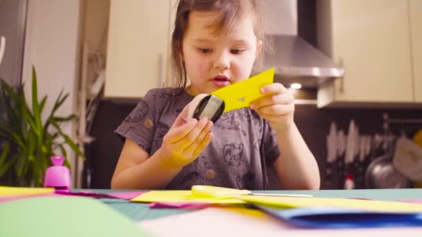 Uccelli di taglio bambina da carta colorata