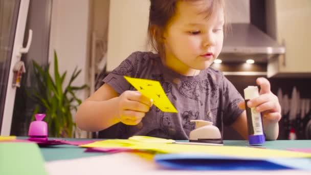 Incollaggio di bambina carta colorata