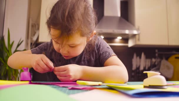 Bambina che fa una cartolina
