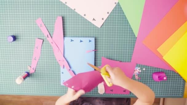 Carta colorata di taglio con le forbici la bambina
