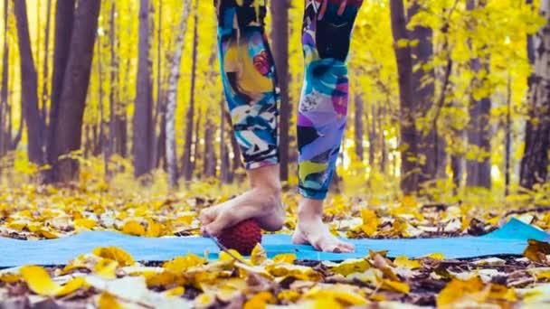 Donna che fa massaggio ai piedi con la sfera di massaggio