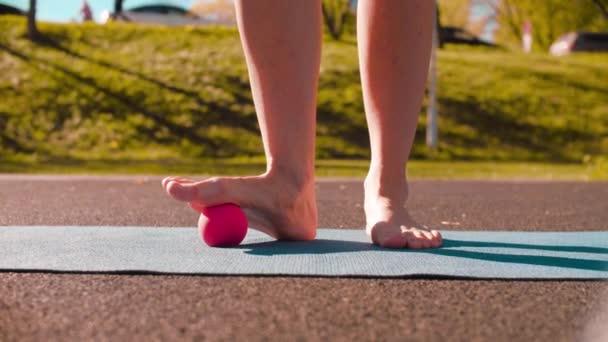 Frau macht Fußmassage mit Ball