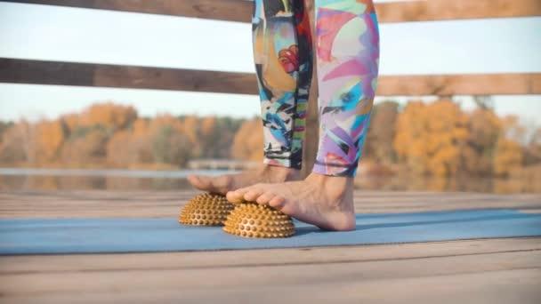 Donna che fa massaggio ai piedi con cuscino di emisfero