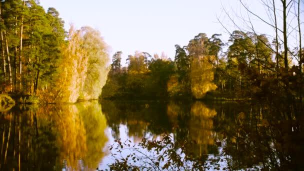 Őszi táj, színes levelek a fák. Őszi szezon.