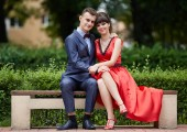 Krásná mladá dvojice venkovní oblečený jako ples nebo oslavu