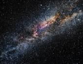 Noční krajinou s hvězdy a galaxie Mléčné dráhy