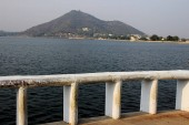 Fotografia View of Fateh Sagar Lake, barricade on edge and hill beyond from Moti Magri in Udaipur, Rajasthan, India, Asia