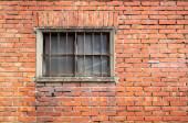 régi ablak a vörös téglafal