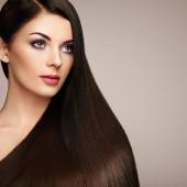 Krásná žena s dlouhé hladké vlasy. Dívka s dokonalým make-upu a účesu. Model bruneta s dokonalou zdravé tmavé vlasy