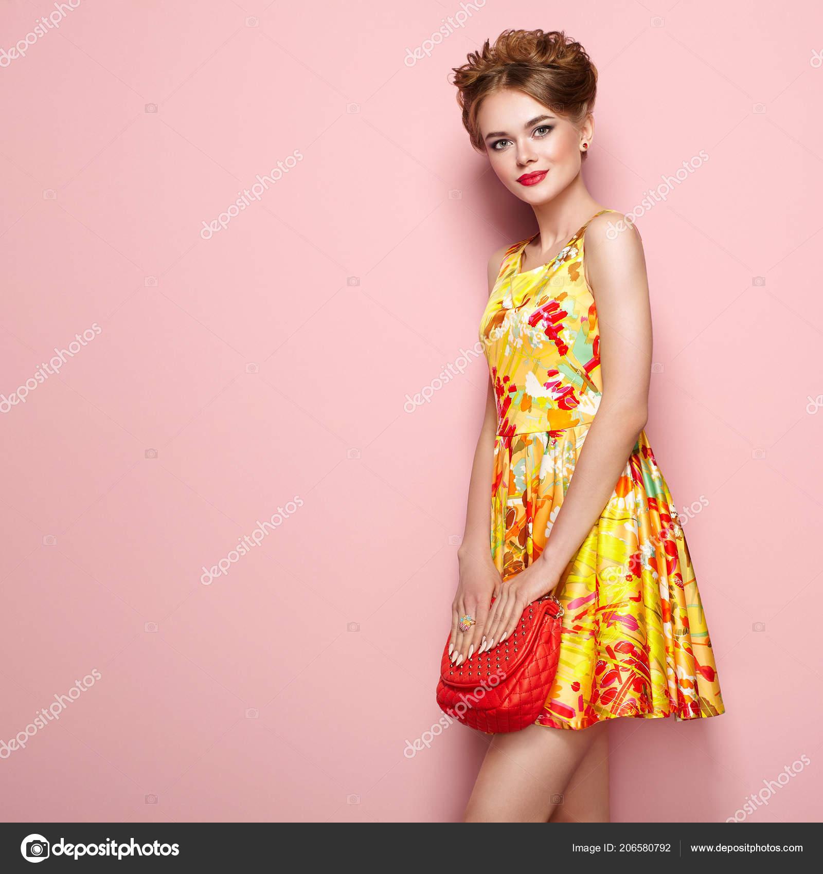 Portrait Mode Jeune Femme Robe Fleurs Modele Feminin Tenue Ete