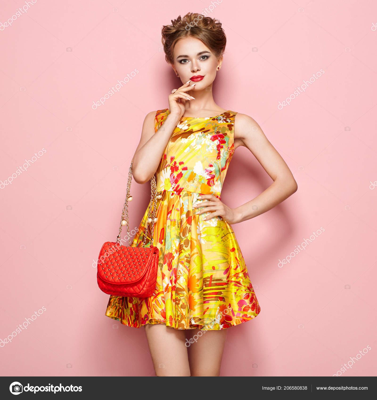 de traje vestido con fondo mujer Retrato Modelo posando de primavera un en flores moda estilo de de en verano de joven de Chica en rosa mujer wxnSOYx6qU