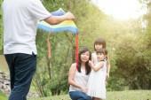 Asijské rodiny outdoor aktivity. Rodiče a děti létání draka na zahradní park