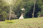 Asijské rodiny outdoor aktivity. Holčička, běh a létání draka na zahradní park