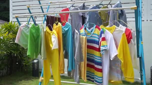 Wäsche trocknen auf der Wäscheleine draußen an einem sonnigen Tag, video  footage.