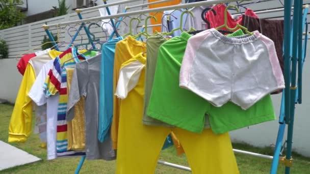 Wäsche Trocknen Auf Der Wäscheleine Draußen Einem Sonnigen Tag Video ...