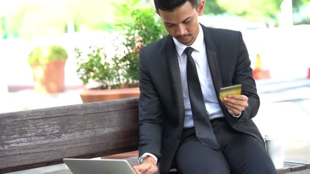 Szabadban történő üzletember használ laptop és hitelkártya.