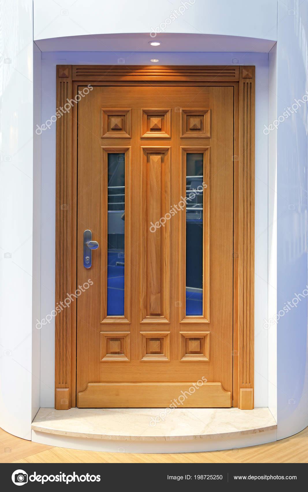 Porte Entrée Maison Bois Avec Fenêtres Décoratives Photographie