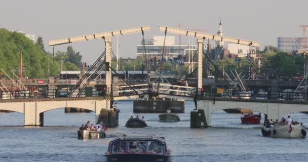 Hubená most přes řeku Amstel Amsterdam den