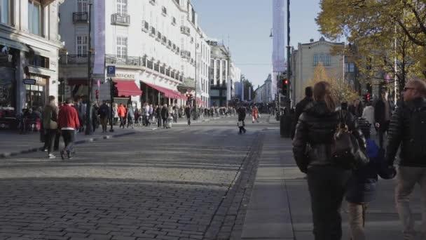 Oslo, Norsko - 30 října 2016: Lidí, kteří jdou na ulici Karl Johans Gate v Oslu, Norsko.