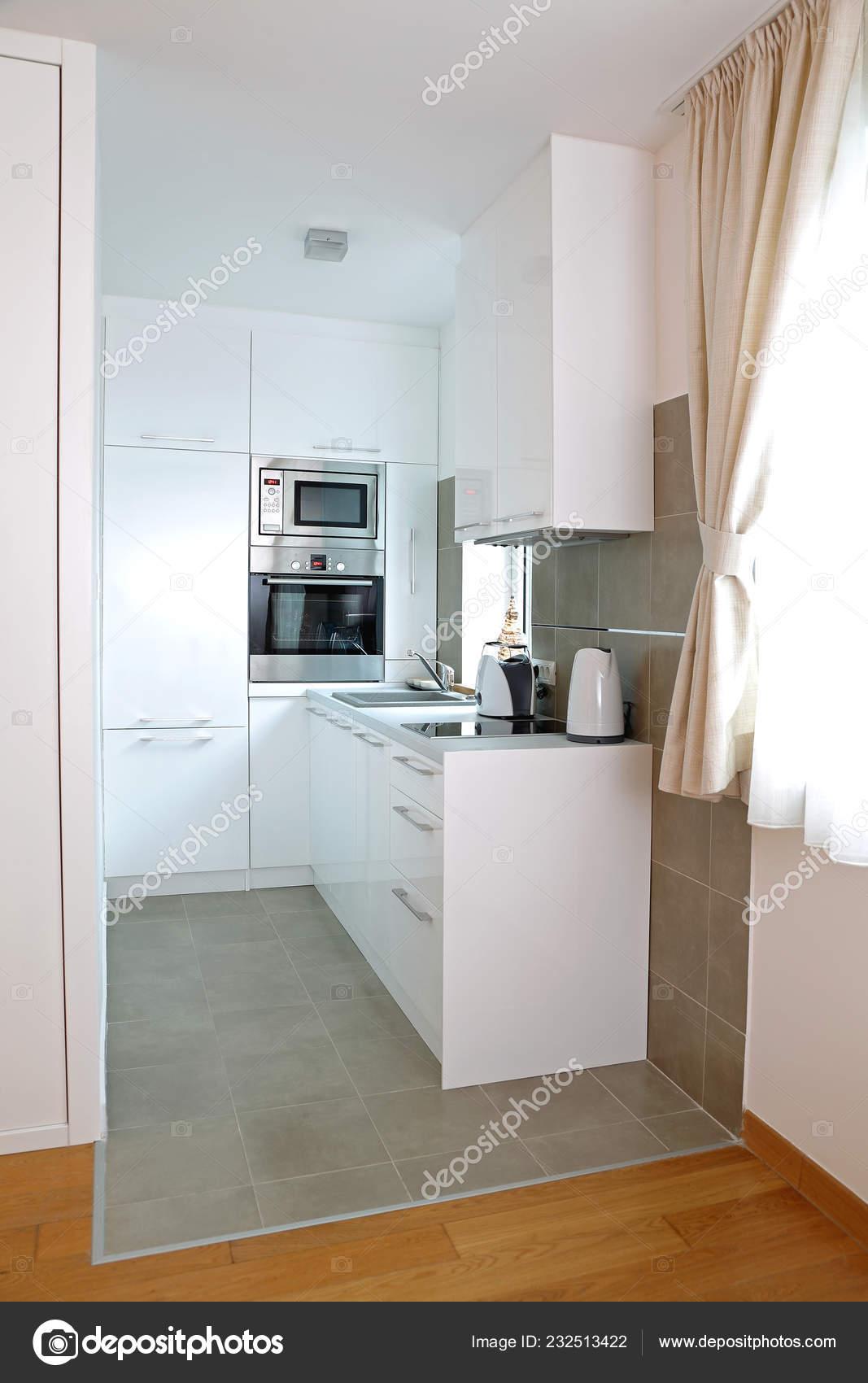 Mała Biała Kuchnia Nowoczesny Apartament Zdjęcie Stockowe