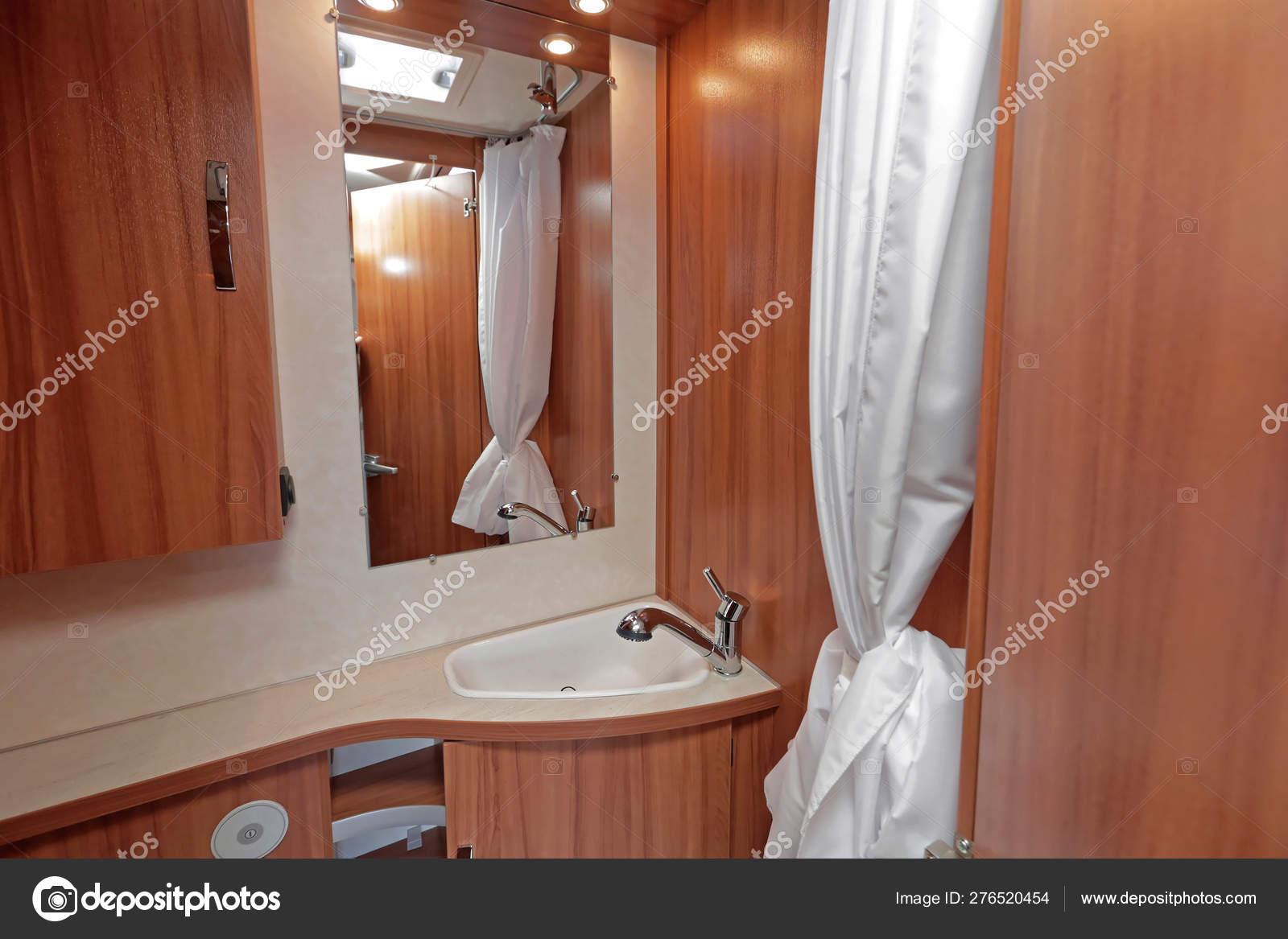 Lavabo Caravana.Bano Completo De Caravana Foto De Stock C Baloncici 276520454