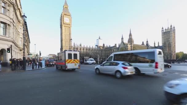 Londýn, Velká Británie - 20. listopadu 2013: Parlament a Big Ben Day Traffic at Intersection v Londýně, Velká Británie.