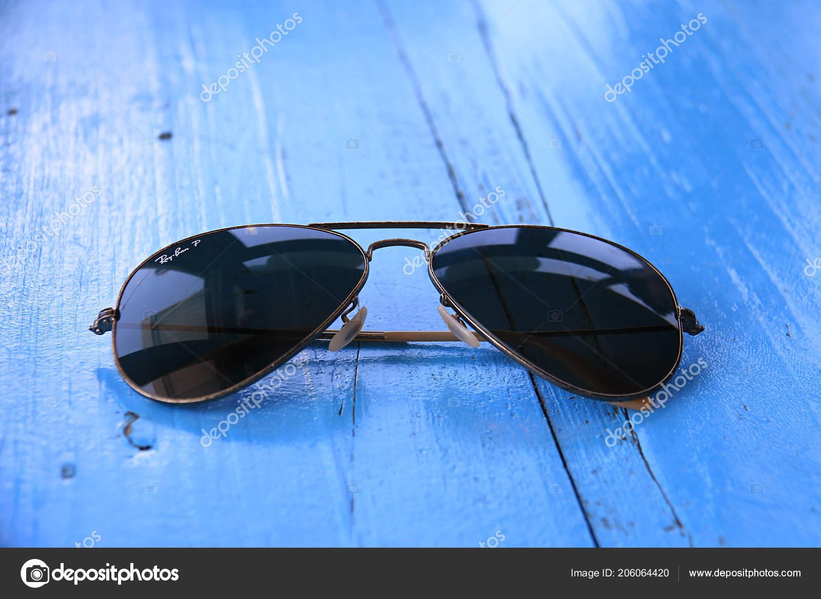 Батрун, Ливан - 22 июля 2018  Солнцезащитные очки Ray-Ban Авиатор с  поляризованные линзы. Ray-Ban основан в 1937 году американской компанией  Bausch   Lomb ... 3e9b7c6c50e