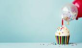 Születésnapi sütemény színes lufikkal és konfettivel