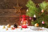 Vánoční dovolená pozadí s domem sníh, Vánoční ozdoby a hořící lucerny, kopie prostor