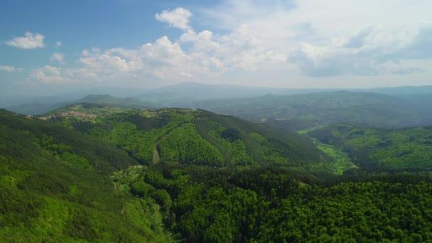 Krásné horské krajiny, s vrcholy pokryté mraky