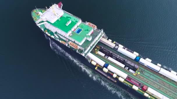 Légi drone nézet konténer teherhajó, import export üzlet logisztikai és nemzetközi szállítása a hajó a nyílt tengeren