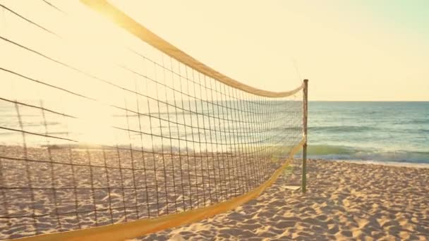 Volejbalová síť a krásný východ slunce na pláži