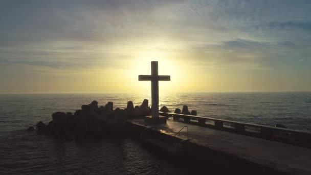 Tengeri sunrise. Kereszt és a híd az óceánban. Légi drone videóinak.
