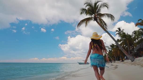 Boldog gondtalan nő élvezi nyári vakáció Saona sziget és Karib-tengeri strandok, Dominikai Köztársaság